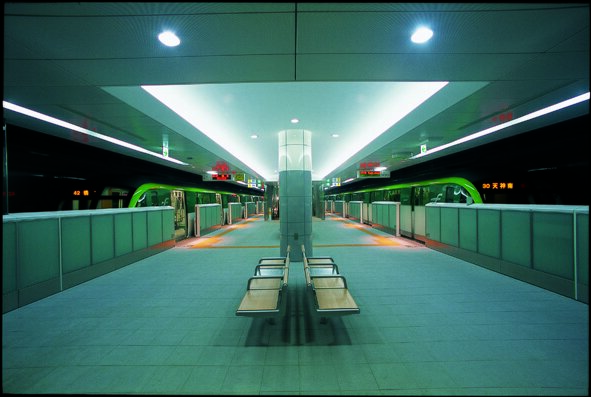 This picture shows an all inclusive subway platform